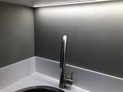 backsplash cucina moderna rivestito in cemento non cemento