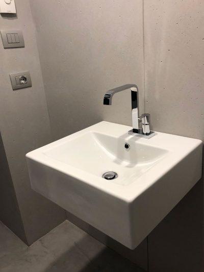 Rivestimento delle pareti di un bagno con cemento non cemento