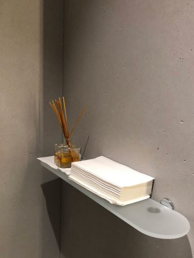 parete di un bagno rivestita in cemento